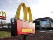 Im Fast-Food-Land Amerika machen McDonald's zahlreiche Rivalen das Leben schwer. Die Angreifer sollen mit modernisierten Filialen, Bestell-Apps, Selbstbedienungssäulen und Rabatten auf Distanz gehalten werden. (Bild: KEYSTONE/AP/JULIO CORTEZ)