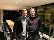 Jérémy Guillemenot wechselte als 18-Jährige von Servette zum FC Barcelona. Jetzt kommt er zum FC St.Gallen, hier im Bild mit Sportchef Alain Sutter. (Bild: ZVG)