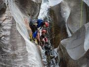 Eine Canyoningtour im Val Cresciano TI. Ab dem 1. Mai gelten strengere Regeln für die Anbieter solcher Aktivitäten. (Bild: KEYSTONE/TI-PRESS/PABLO GIANINAZZI)