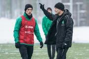 Wieder voll im Training und voller Tatendrang: Miro Muheim (links), hier im Gespräch mit Trainer Peter Zeidler. (Bild: Andy Mueller/Freshfocus)