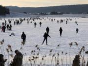 Das Fest der Kälte findet vor allem auf dem zugefrorenen Lac des Taillères auf 1040 Meter über Meer statt. (Bild: Keystone/LAURENT GILLIERON)