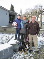 Familie Ammann: Sohn Aaron, Frau Cordula und Bruno Ammann mit Appenzeller-Mischling Gino.