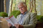 Jürg Morf liest einen Flyer mit dem Programm der VHS Kreuzlingen. (Bild: Annina Flaig)