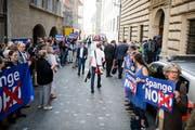 Protest der Maihof-Quartierbewohner vor dem Regierungsgebäude. (Bild: Roger Grütter (Luzern, 8. Mai 2018))