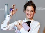 Vicky Krieps ist bei der Verleihung des Deutschen Fernsehpreises als beste Fernsehschauspielerin ausgezeichnet worden. (Bild: KEYSTONE/EPA/SASCHA STEINBACH)