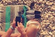Surfen auf dem Smartphone kann im Ausland mächtig ins Geld gehen. Die Abschaffung der Roaminggebühren gewährleistet Schutz vor monströsen Rechnungen. (Bild: Getty)