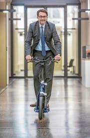 Verkehrsminister Andreas Scheuer fährt mit einem E-Trottinett durch sein Ministerium. Die Schadstoffdebatte um den Autoverkehr hält er für «masochistisch». (Bild: Michael Kappeler/Keystone (Berlin, 18. Dezember 2018))