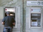 Es gibt mehr Geld von der Berner Kantonalbank - für die Aktionäre. (Bild: KEYSTONE/PETER SCHNEIDER)