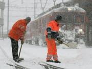 Die Schneefälle setzen dem Zugverkehr zu. Im Bündnerland entgleiste ein Zug. (Bild: KEYSTONE/ARNO BALZARINI)
