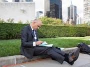 Der Schweizer Bundespräsident, der unkompliziert auf einem Randstein sitzt und Akten studiert, hat weltweit für Aufsehen gesorgt. (Bild: KEYSTONE/PETER KLAUNZER)