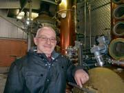 Roland Tuchschmid in seiner zur Destillerie umfunktionierten Scheune. (Bild: Ursula Junker)