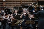 Sinfoniekonzert Junge Philharmonie im Konzertsaal des KKL in Luzern. Im Vordergrund sind links Lisa Schatzman und Isabel Charisius. Bild: (Pius Amrein / LZ)