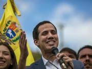 Der selbsternannte Interimspräsident Juan Guaidó hat sich nach eigenen Angaben heimlich mit Vertretern der Sicherheits- und Streitkräfte getroffen. (Bild: KEYSTONE/AP/RODRIGO ABD)
