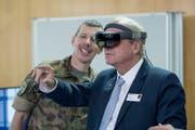 Divisionär Daniel Keller (links) zeigt dem Luzerner Sicherheitsdirektor Paul Winiker das Potenzial von Virtual-Reality-Brillen. (Bild: Pius Amrein, Luzern 31. Januar 2019)