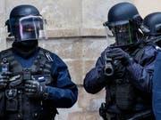 Französische Spezialeinheiten stürmten das Haus in der Hafenstadt Bastia in Korsika, in dem sich der mutmassliche Täter verschanzt hatte. (Bild: KEYSTONE/EPA/CHRISTOPHE PETIT TESSON)