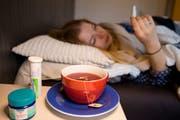 Gliederschmerzen, Schüttelfrost und hohes Fieber können auf eine Influenza hindeuten. Noch ist die aktuelle Grippewelle nicht überstanden. (Symbolbild: Eveline Beerkircher)