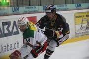 Elia Mettler (links) kämpft gegen Wetzikons Captain Nicolas Marzan um den Puck. Morgen stehen sich die beiden ehemaligen Elitespieler von Rapperswil-Jona erneut gegenüber. (Bild: Tim Frei)