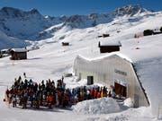 Für die Wintersportferien dürfte ausreichend Schnee liegen: Staus werden nicht nur direkt an den Skiliften, sondern auch auf den Strassen in die Skigebiete erwartet. (Bild: KEYSTONE/ALESSANDRO DELLA BELLA)