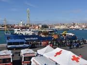 Das Flüchtlingsschiff «Sea-Watch 3» am Donnerstag im Hafen von Catania. (Bild: Keystone/EPA/ORIETTA SCARDINO)