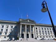 Das Bundesgericht hat einen Berner wegen Vergehens gegen das Waffengesetz verurteilt. (Archivfoto) (Bild: KEYSTONE/LAURENT GILLIERON)
