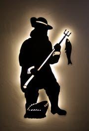 Der Fischer, das Logo alte Logo der «Fischerstube» wurde an vielen Stellen in der Fischerstube aufgegriffen. Bereits beim Eintreten ins Lokal wird man vom beleuchteten Fischer begrüsst. (Bild: PD)