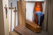 Rolf Arnold from Lucerne Arnold's funeral home and son working on a coffin. (Photos Dominik Wunderli / Lucerne, December 19, 2018)
