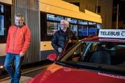 Thomas Fischer (links), Präsident des Vereins Telebus und Gründer Franz Baumann warten an der Busschleife Kriens auf Kunden. (Bild: Nadia Schärli, 17. Dezember 2018)