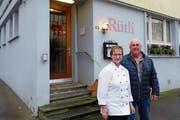 Wirtin Marianne Haller und ihr Mann Thomas Haller vor dem Restaurant Rütli in Muri. (Bild: Eddy Schambron)