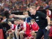 Handball-Nationaltrainer Michael Suter wie man ihn kennt: mit vollem Einsatz (Bild: KEYSTONE/URS FLUEELER)