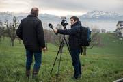 2018 wurde das Onlineangebot unserer Zeitung massiv ausgebaut: Im Bild interviewt René Meier, Stv. Leiter der Onlineabteilung, einen Wasserschmöcker in Hohenrain für einen Videobeitrag. (Bild: Dominik Wunderli (19. Dezember 2018))