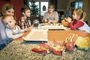 Generationentisch: Autorin Rita Kohn Dell'Agnese bäckt mit ihren Enkelkindern Apfelwähe. Mit 56 ist sie bereits neunfache Grossmutter. (Bild: Reto Martin (Sulgen))