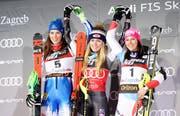 Mikaela Shiffrin, Mitte, Petra Vlhova, links, und Wendy Holdener in Zagreb. (Bild: AP Photo/Giovanni Auletta)