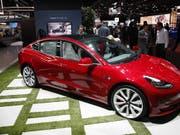 Das Model 3 von Tesla soll in Zukunft auch in China hergestellt werden. Am Montag wurde der Grundstein für die neue Fabrik in Shanghai gelegt. (Bild: KEYSTONE/EPA/MIKE NELSON)