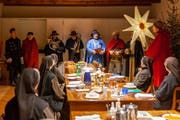 Die Dreikönigssänger überraschen die Schwestern des Frauenklosters St.Klara beim Nachtessen. (Bild: Edi Ettlin (Stans, 6. Januar 2019))