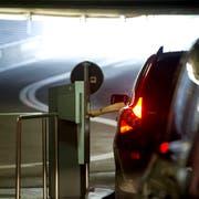 Parkieren in Parkhäusern in der St.Galler Innenstadt: Gewerbetreibende aus dem Zentrum kritisieren, dass die höheren Gebühren als am Stadtrand das Ladensterben in der Altstadt beschleunigen. (Bild: Michel Canonica - 7. September 2010)