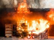 Mitte Dezember demonstrierte die Hamburger Feuerwehr, was passiert, wenn ein Weihnachtsbaum in Brand gerät. (Bild: KEYSTONE/dpa/DANIEL BOCKWOLDT)