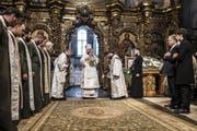 Historisches Spektakel: Orthodoxe Geistliche feiern in der Sophienkathedrale unter Anwesenheit von Präsident Petro Poroschenko (Zweiter von rechts) die Unabhängigkeit der ukrainischen Kirche von Moskau. Bild: Brendan Hoffman/Getty (Kiew, 7. Januar 2019)