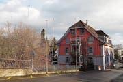 Die Bauprofile neben dem Roth-Haus zeigen, wo der Anbau stehen soll. (Bild: Eddy Schambron)