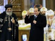 Um gutes Einvernehmen bemüht: der ägyptische Präsident al-Sisi (rechts) und der Kopten-Papst Twadros II. in der neuen grossen Kathedrale östlich von Kairo. (Bild: KEYSTONE/AP/SR)