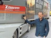 Reto Zimmermann, Inhaber der Zimgroup Holding, vor einem Lastwagen der neuen Zimmermann Umweltlogistik AG. (Bild: PD)