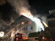 Bei einem Brand in einem Mehrfamilienhaus in Flüelen UR in der Nacht auf Dienstag ist das Gebäude unbewohnbar geworden. (Bild: PD Kantonspolizei Uri)