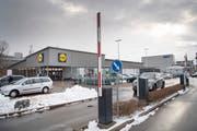 Der Lidl-Parkplatz im Lerchenfeld: Alle Einkaufszentren, die nach 1999 entstanden sind, müssen in der Stadt St.Gallen ihre Parkplätze bewirtschaften. Wenn sie es nicht tun oder ihre Parkplatz-Schranke vorsätzlich ständig offen lassen, müssen sie mit einer Anzeige rechnen. (Bild: Ralph Ribi - 17. Dezember 2018)