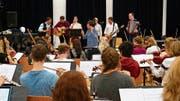Unter Jonas Bürgin proben Oesch's die Dritten mit dem Zentralschweizer Jugendsinfonieorchester. Bild: Basil Amrein (6. Januar 2019)