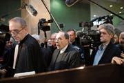 Der französische Kardinal Philippe Barbarin (Bildmitte) am Montag auf dem Weg ins Gericht in Lyon. Bild: Laurent Cipriani/AP (Lyon, 7. Januar 2019)