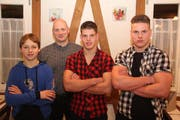 Die besten Schwinger des Schwingklubs Erstfeld mit ihrem Trainer; von links: Mario Zgraggen, Thomas Furger, Peter Zberg und Kilian Zberg. (Bild: Paul Gwerder)