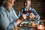 Bei einem ausgedehnten Mittagessen lässt es sich bestens über Vor- und Nachteile des Alterns philosophieren. (Bild: Getty)