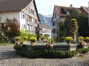 Der grosse Dorfbrunnen von Oberschan aus dem Jahr 1717. Zur 300-Jahr-Feier wurde er schön geschmückt. (Bild: PD)