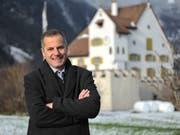 Gemeindepräsident Toni Stadelmann vor dem Schloss A Pro, einem der Seedorfer Wahrzeichen. (Bild: Urs Hanhart, 7. Januar 2019)