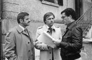 Besprechung einer Filmszene: Der 2012 verstorbene Walo Lüönd, Emil Steinberger und Regisseur Rolf Lyssy im Juni 1978 während der Dreharbeiten für den Film «Die Schweizermacher». (Bild: Keystone)