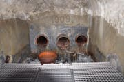 Blick in die Brunnenstube der Sertoterisquelle, der Hauptquelle für die Wasserversorgung in Oberschan. Es gibt drei Zuleitungsröhren von den drei Quellen. (Bild: Festschrift)